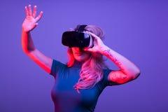 Tattoed seksowna kobieta jest ubranym rzeczywistości wirtualnej VR głowy set obraz stock