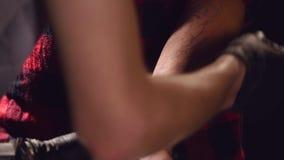 Tattoist που επισύρει την προσοχή μια δερματοστιξία σκίτσων στο σώμα πελατών κοντά επάνω Διαδικασία που προετοιμάζεται για μια δε φιλμ μικρού μήκους