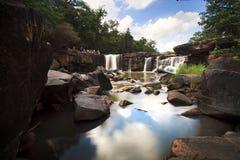 Tatton paradisvattenfall som lokaliseras i djup skog av Thailand Royaltyfri Foto