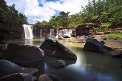 Tatton paradisvattenfall som lokaliseras i djup skog av Thailand Arkivfoto