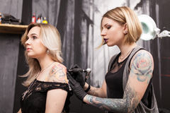 Tattoo artist in a studio Royalty Free Stock Photos