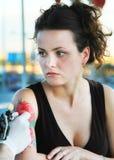 Tattooer που παρουσιάζει διαδικασία μια δερματοστιξία Στοκ εικόνα με δικαίωμα ελεύθερης χρήσης