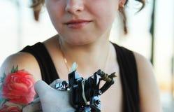 Tattooer που παρουσιάζει διαδικασία μια δερματοστιξία Στοκ Φωτογραφίες