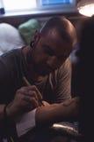 Tattooer делает scetch Стоковое фото RF