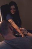 Tattooer делает scetch Стоковая Фотография