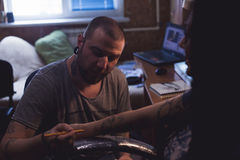 Tattooer делает scetch Стоковые Фото
