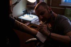 Tattooer делает scetch Стоковое Изображение RF