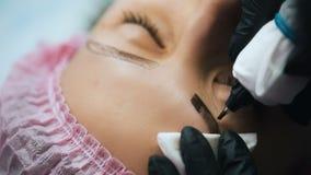 Tattooing permanente das sobrancelhas vídeos de arquivo