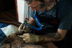 Tattooist ends a tattoo Royalty Free Stock Photography