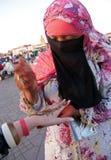 Tattooist Marrakesh del hennè Immagini Stock