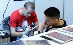 Tattooist robi tatuażowi na jego kliencie na 18 Kwietniu, 2015, Sofia, Bułgaria Obraz Royalty Free