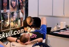 Tattooist robi tatuażowi na jego kliencie na 18 Kwietniu, 2015, Sofia, Bułgaria Obrazy Stock
