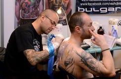 Tattooist robi tatuażowi na jego kliencie na 18 Kwietniu, 2015, Sofia, Bułgaria Obraz Stock
