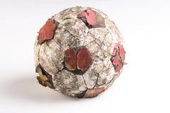 Tatty oude voetbalbal Stock Afbeeldingen