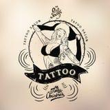 Tatuaż dziewczyny starej szkoły studia czaszka Zdjęcie Stock