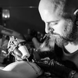Tatuażu artysta robi tatuażowi Obrazy Stock