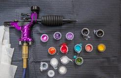 Tatuażu artysty stół z kilka małymi filiżankami armatnią atrament maszyną i Obrazy Royalty Free