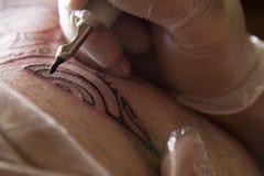 Tatuagem nos trabalhos Fotografia de Stock
