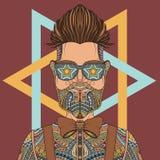 Tatuaggio d'uso di vetro del giovane uomo dei pantaloni a vita bassa Immagine Stock