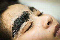 Tatuaggio del sopracciglio di trucco, fronte abbastanza asiatico della donna Fotografia Stock
