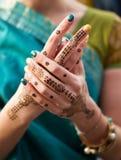 Tatuaggio della mano del hennè sulle mani del ` una s della donna immagini stock libere da diritti