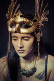 Tatuaggio, donna del guerriero con la maschera dell'oro, capelli lunghi castana. H lunga Fotografia Stock Libera da Diritti
