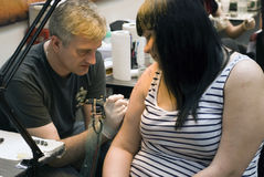 Tatuai l'artista sul lavoro al tatuaggio Fest di St Petersburg Fotografia Stock