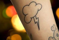 Tatuaje del relámpago y del cielo fotos de archivo libres de regalías