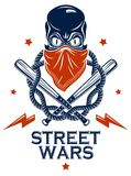 Tatuaje, emblema de la cuadrilla o logotipo criminal con los bates de béisbol agresivos del cráneo y otras armas y elementos del  libre illustration