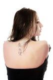 Tatuaje en mujer caucásica joven imágenes de archivo libres de regalías