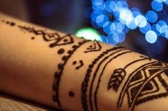 Tatuaje falso usando Henna Paint imagen de archivo libre de regalías