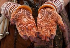 Tatuaje floral hermoso de la alheña encendido Imagenes de archivo