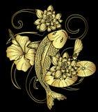 Tatuaje japonés de los pescados y de la flor de Koi del oro en fondo negro Foto de archivo