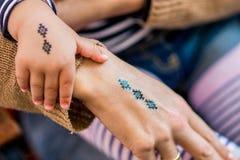 Tatuajes falsos de la madre y de la hija Fotos de archivo