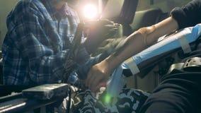 Tatuando di un portato a mano artificiale fuori nell'officina archivi video