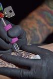 Tatuare un braccio Fotografie Stock Libere da Diritti