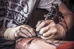 Tatuatore professionale che brucia il tatoo Fotografia Stock