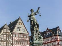 Tatue von Dame Justice in Frankfurt, Deutschland Lizenzfreie Stockbilder