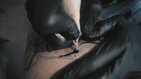 Tatuera den hemmastadda processen lager videofilmer