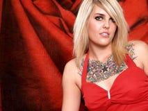 tatuerad blond modell Arkivbilder