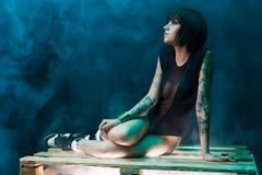 Tatuerad flicka i studio Royaltyfri Foto
