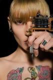 Tatuerad härlig kvinna med tatueringmaskinen Royaltyfri Bild