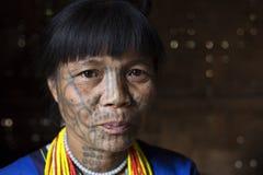 Tatuerad kvinna för haka stam (Muun) Arkivbilder