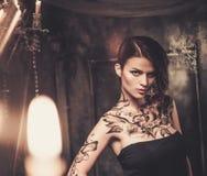 Tatuerad kvinna i spöklik inre royaltyfria bilder
