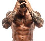 Tatuerad muskulös grabb royaltyfri foto
