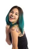 Tatuerad och trängd igenom flicka som skrattar med glädje arkivfoton
