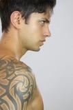 Tatuerad sexig man Royaltyfria Bilder