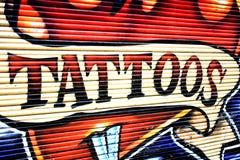 Tatuerar väggmålningen på väggen arkivbilder