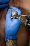 Tatuering för tatueringkonstnärdanande Royaltyfria Foton