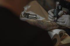 Tatuering i process Arkivfoton
